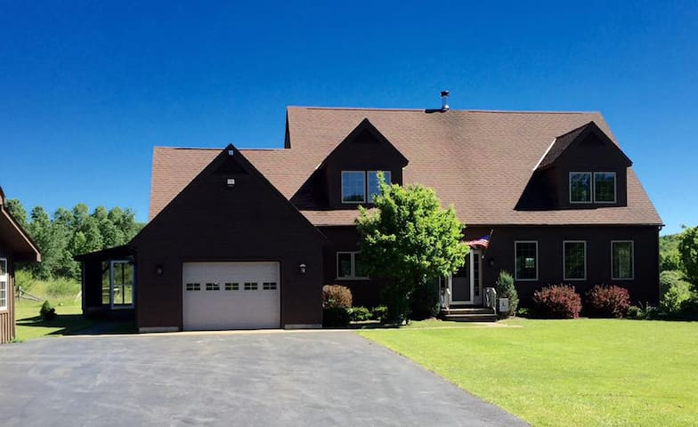 Adirondack Pines Estate - Pool & Hot Tub! - Burlington Flats - Casa