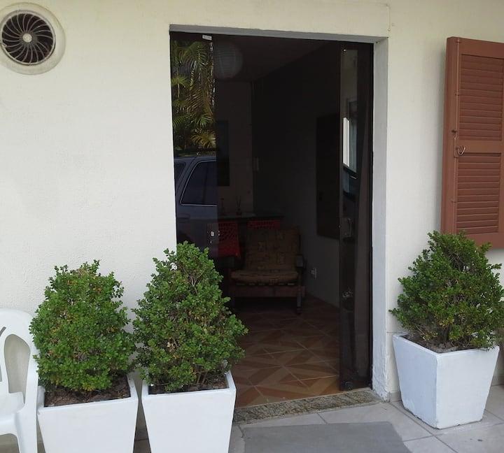 Apart/suite,duas quadras 1/2 da praia,garagem/ar