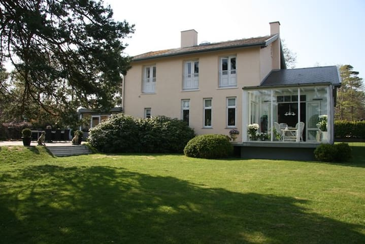 Exclusive, charming 120year old villa by the beach - Hornbæk - House