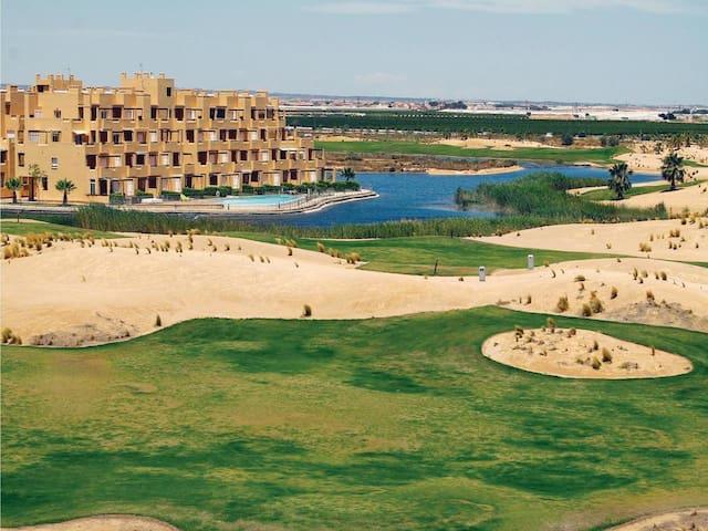 Mooi appartement met uitzicht op het meer en golf