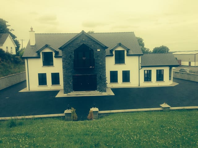 Double bedroom to room - Tullamore