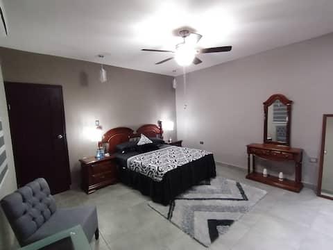 Cómoda y céntrica habitación con A/C, WiFi, TV.