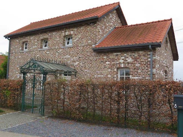 Pittoresk spoorweghuisje in Haspengouw