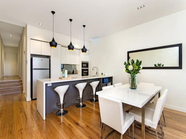 Brand new modern home - Stanmore - Huis