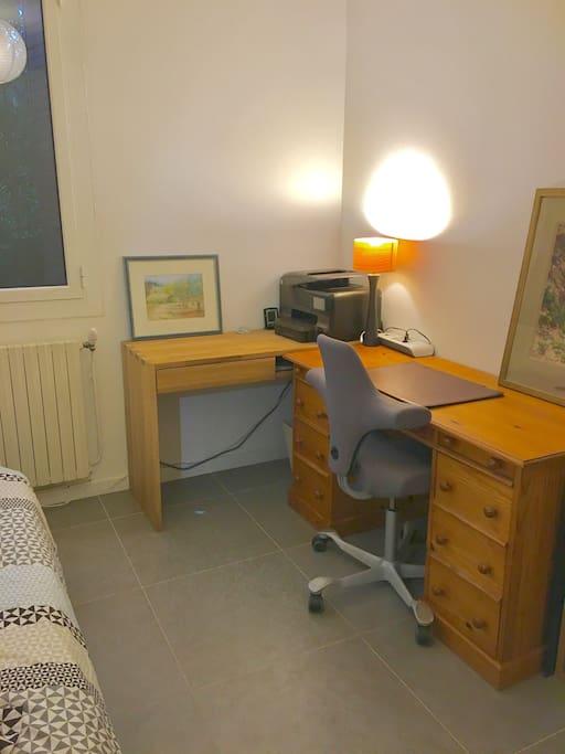 Bureau avec prise ethernet, wifi, multiprise électrique, imprimante.