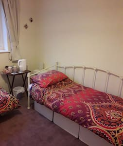 Twin/single room near hospital and town centre