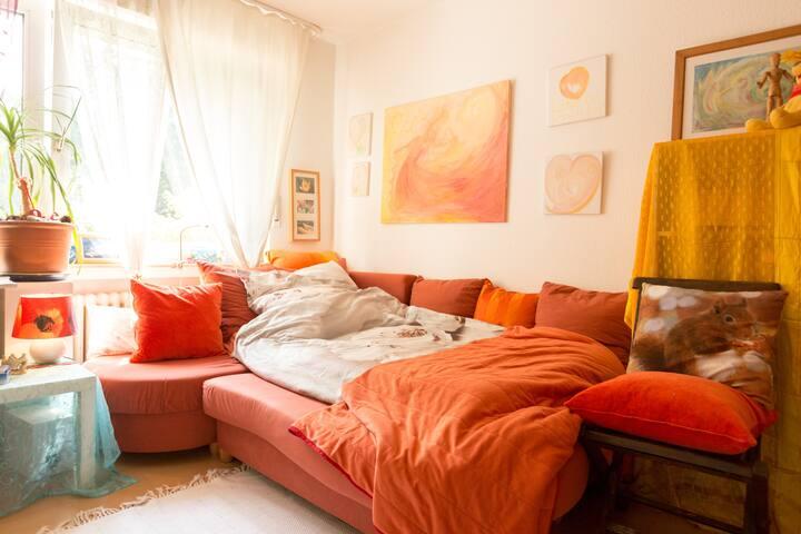 Cosy calm Art-Room near River and Suburb-Center