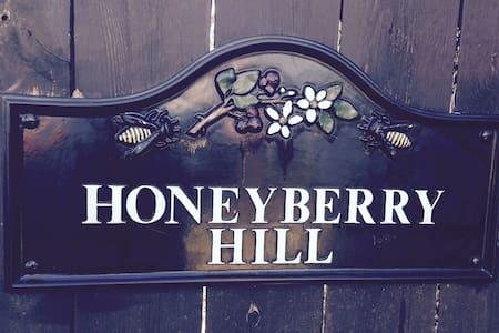"Honeyberry Hill, ""The Lounge"" - อีทากา"