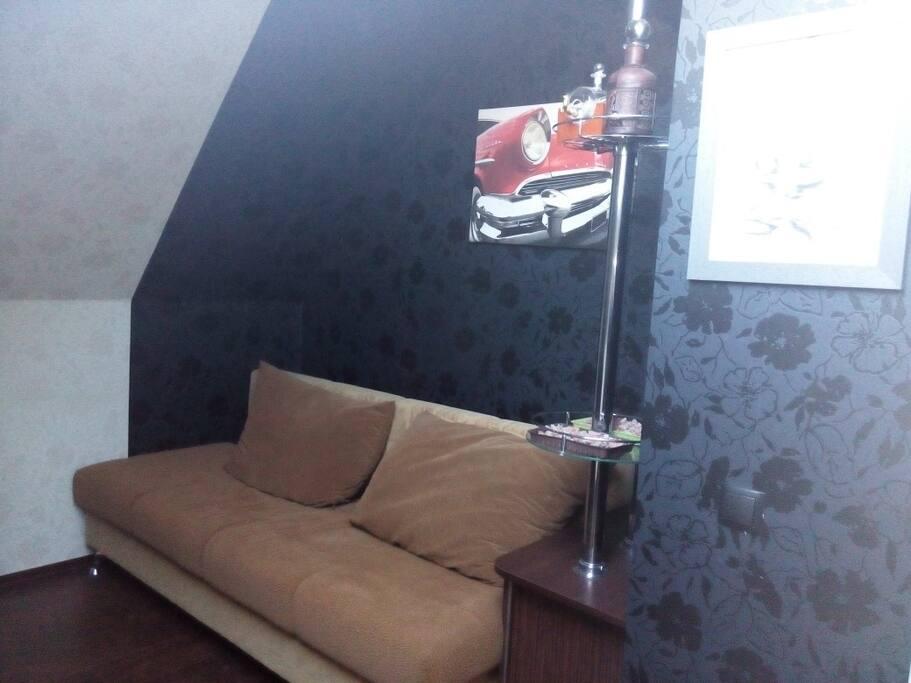 спальня с диваном-кроватью и рабочим местом для компьютера