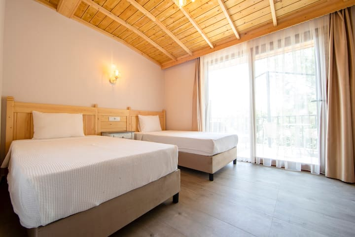 Queen Room-Two Single Beds/Balcony