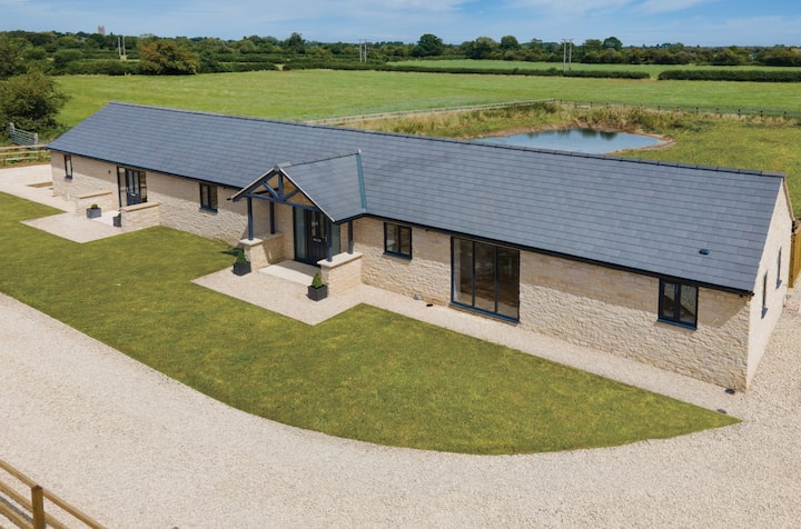 New Barn Conversion near Cotswold Water Park (P)