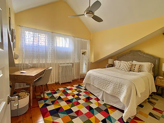 Bedroom 6: Queen size bed