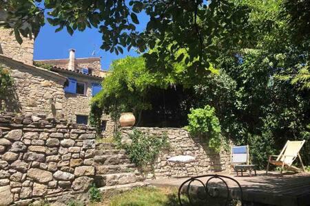 Une petite maison de village avec un grand jardin