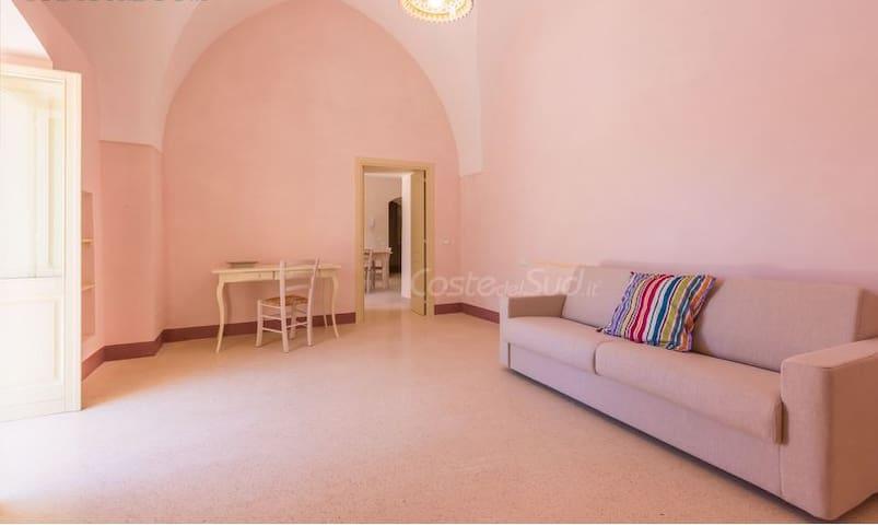 Il salotto con divano letto - The sitting room with sofa-bed