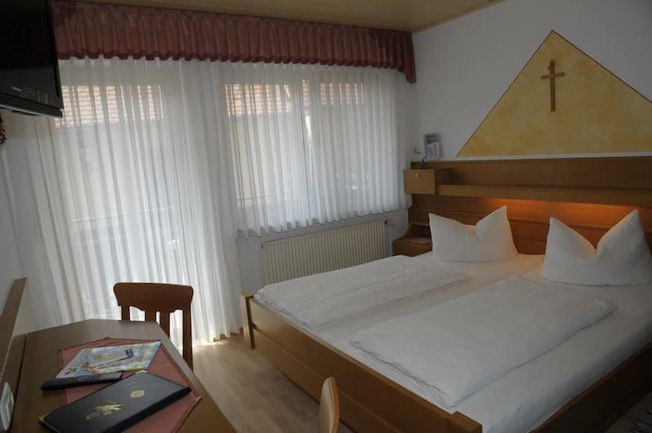 """Gasthof """"Zur Krone"""" (Mitteleschenbach), Gästezimmer mit Sauna und Innenpool"""