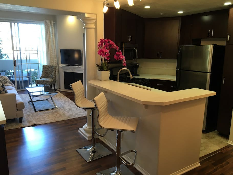 Eat-in bar counter, great for entertaining...