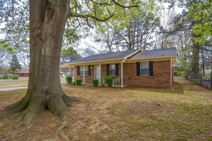 Modern decor 3 bedrooms 1 1/2 baths - Jacksonville - House