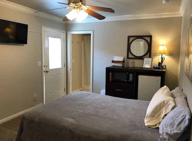 1 Bedroom w/private entrance & driveway - Hurricane
