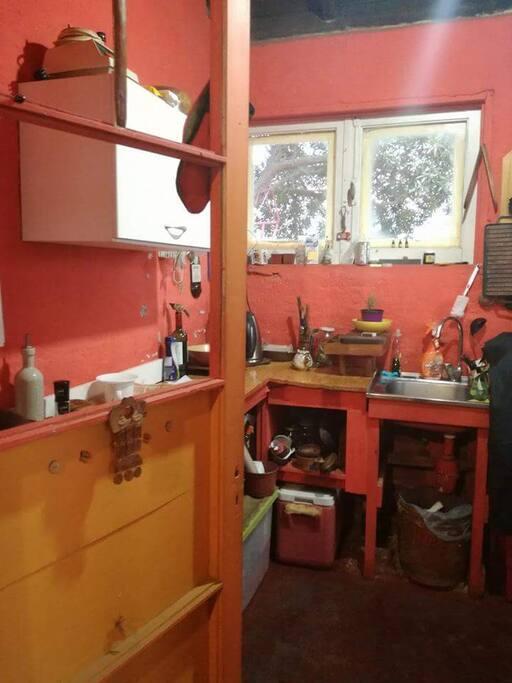 Cocina pequeña con horno electico, refrigerador y congelador amplios.