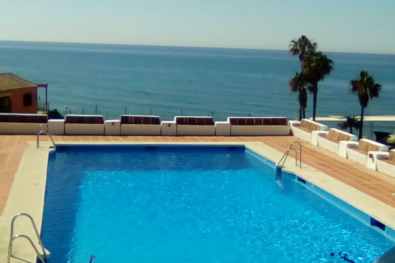 Piscina comunitaria con vistas al mar