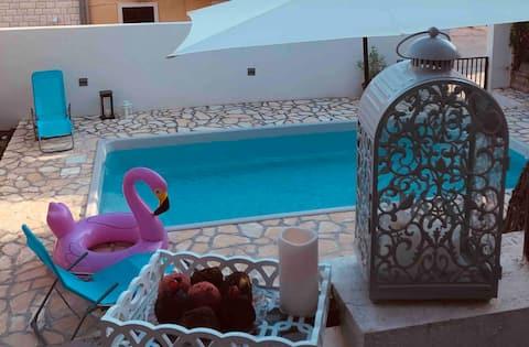 ¡Bol, Apartman Margareta con piscina!