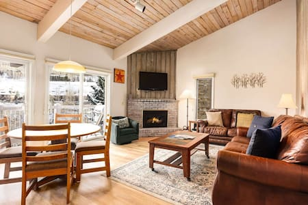 Gorgeous Snowmass Mtn View! Outdoor Pool & HT, Balcony, Parking. Gas FP. Ski to Lift, On Shuttle