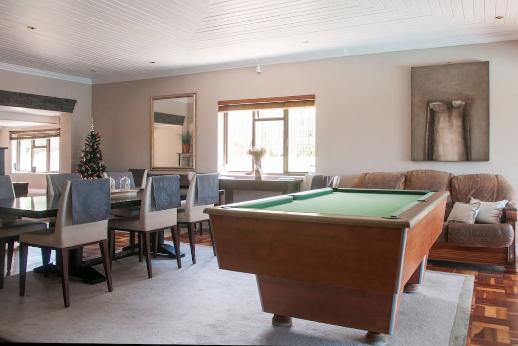 Lounge / pool table area