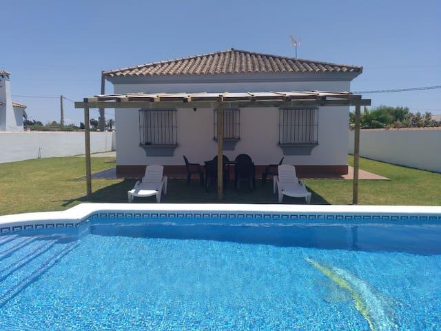 Amplio Chalet con jardín y piscina