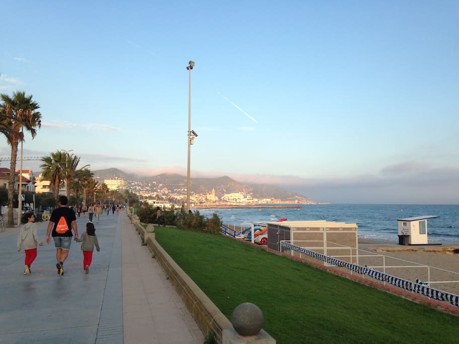 Promenade and beach are less than one minute from the apartment