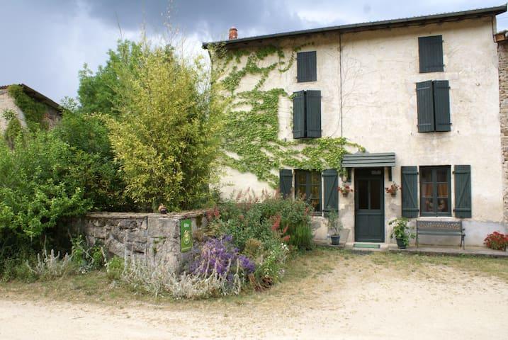 Gîte de Bancherel agrée gîtes de France 3épis - Saint-Victor-Montvianeix