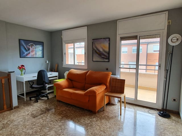 Vista general de la sala anexa, Wifi, escritorio como lugar de trabajo. General view of the attached room, Wifi, desk as place of work