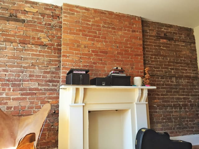 Gorgeous & bright bedroom with exposed brick! - Brooklyn - Appartamento