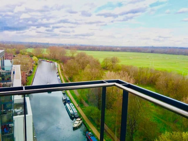 Modern Riverside View Apartment in Hackney