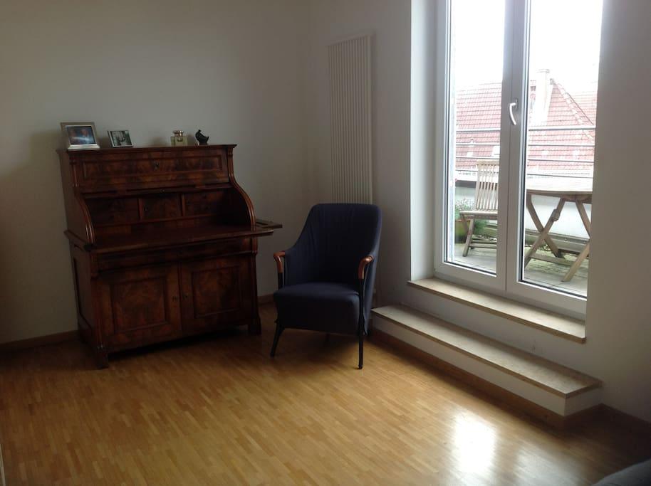 Sessel und Schreibtisch