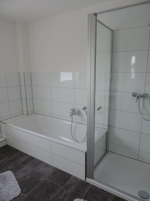 großes Vollbad mit Dusch- und Badewanne