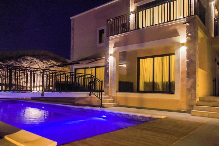 VILLA with HEATED POOL  5 bedrooms