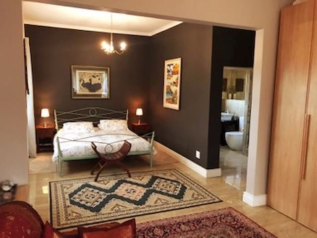 Spacious & cosy bedroom in Bishopscourt, Cape Town
