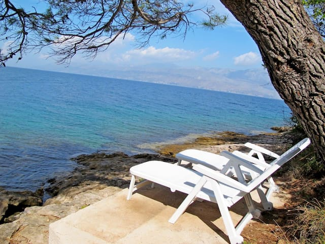 One bedroom Peaceful authentic remote cottage, beachfront in Postira - island Brac