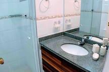 Banheiro Social que vira privativo ao fechar porta/corredor