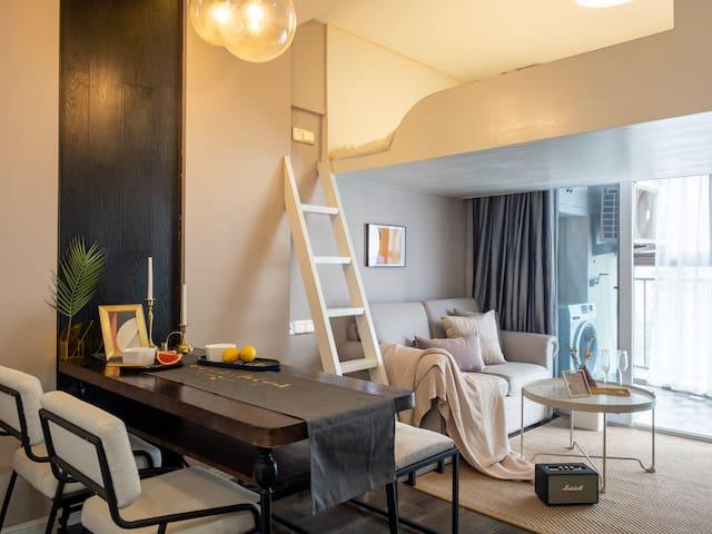 精致特别的Loft户型,全新装修家具家电,给您最舒适的居住体验。观景阳台可欣赏江景