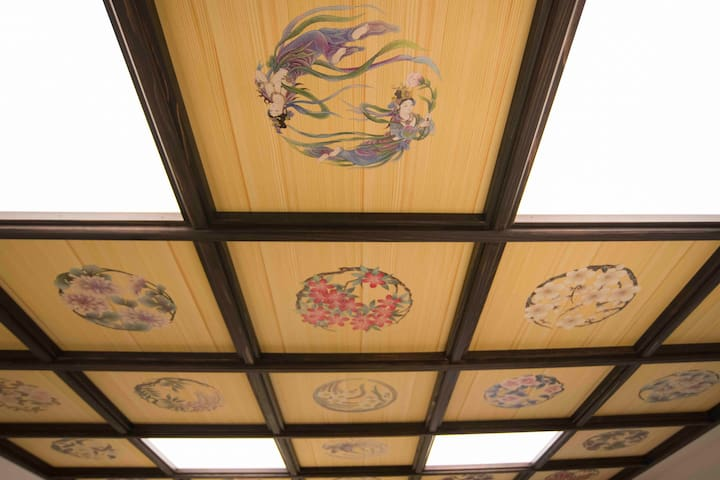 A Japanese and healing inn that appeared in Shinjuku.  A gorgeous ceiling. 新宿に現れた、和と癒しの宿。絢爛華麗な格天井。