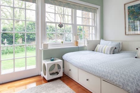 Large self contained Studio next to Barnes  Common