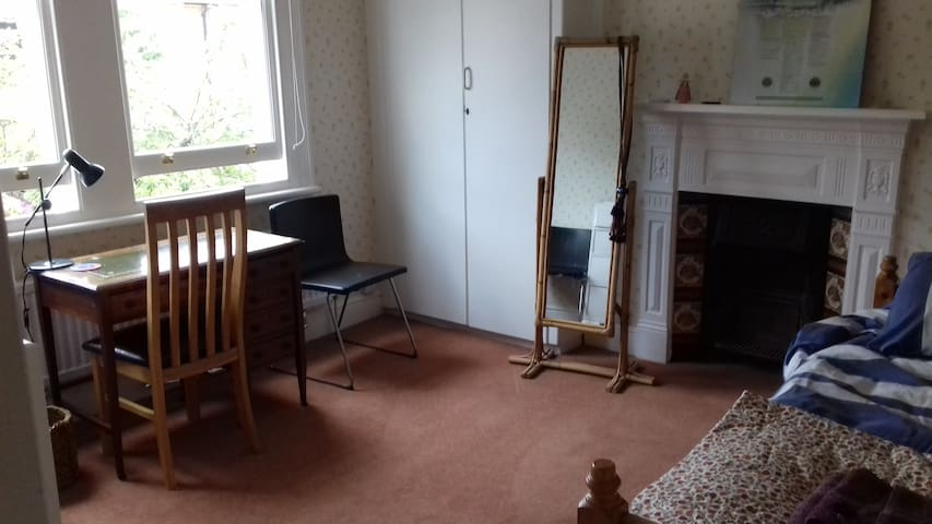Kew large single study bedroom close to TNA & RBG