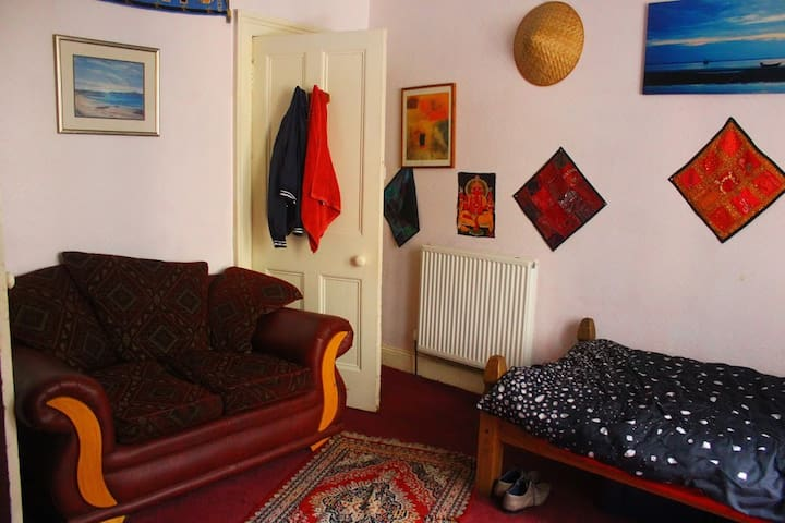 large room in city centre-discount for 14+days