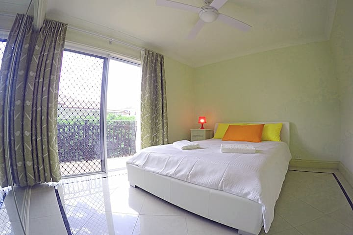 double room with a nice balcony - Wavell Heights - Huis