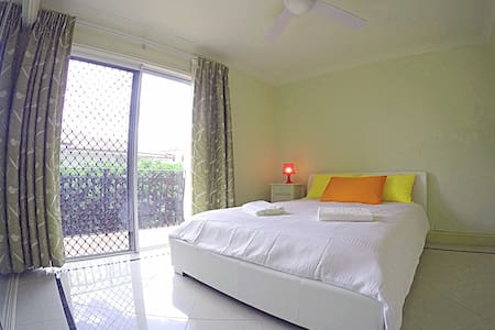 double room with a nice balcony - Wavell Heights - 一軒家