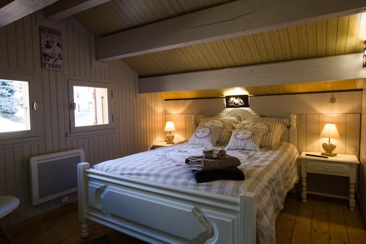 Chambre avec : - lit en 140*190 - penderie - télévision connectée
