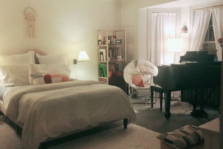 1 BR @ University Circle with a Piano