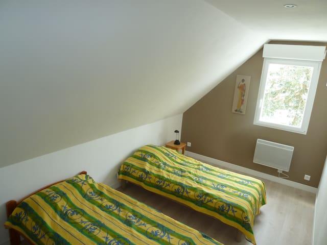 Chambre 2 à l'étage, 3 lits simples
