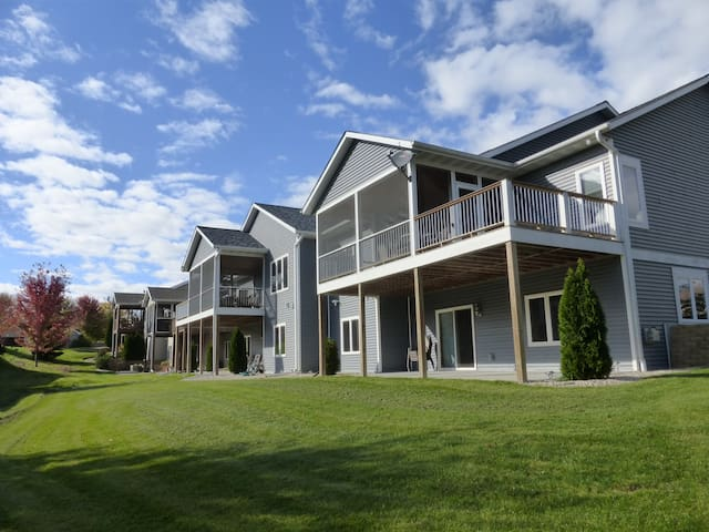 Up to 28 people! 8Br/6Ba 20m - Alliant Energy Cen